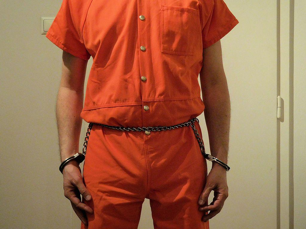 Prisoner_in_belly_chain_02