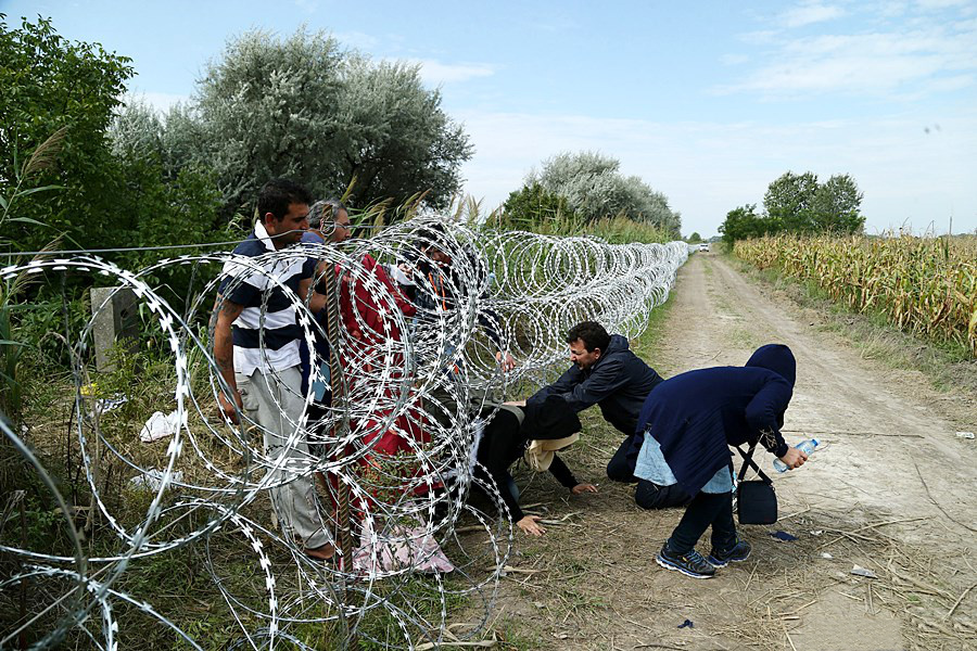 pic - illegal immigrants at barb wire